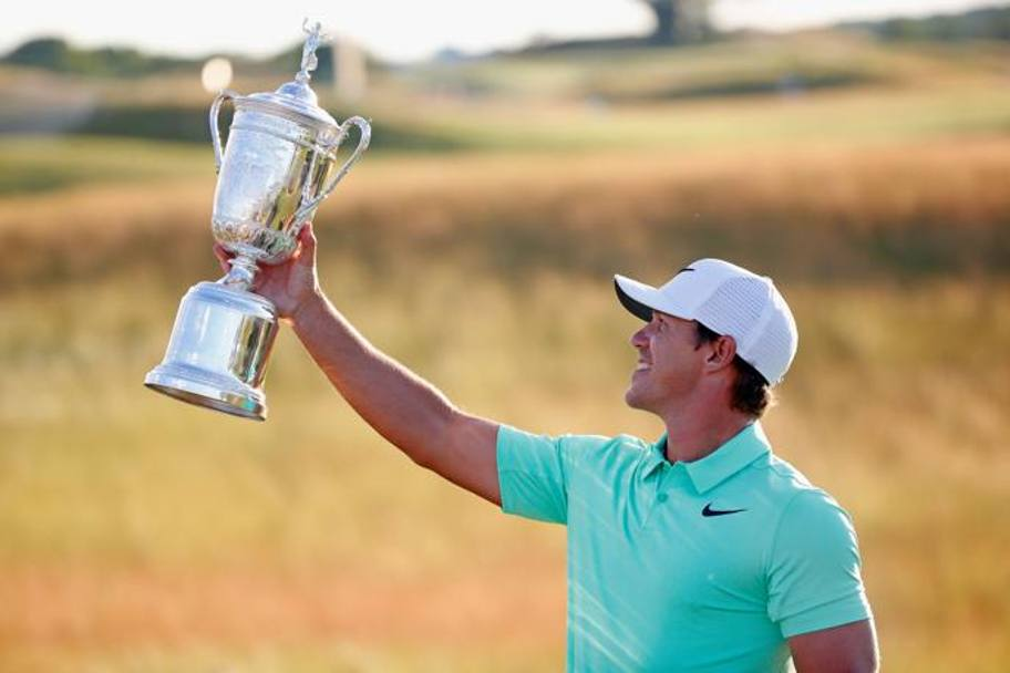 Brooks Koepka con il trofeo dell'Us Open