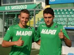 A sinistra Davide Frattesi, a destra Riccardo Marchizza, in posa con la nuova maglia al Mapei Stadium. Foto sassuolocalcio.it