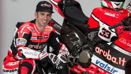 Marco Melandri vicino alla sua Ducati Superbike.