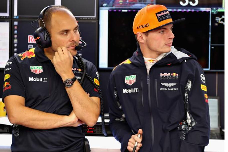Max Verstappen con l'ingegnere della Red Bull Racing Gianpiero Lambiase ai box (Getty Images)