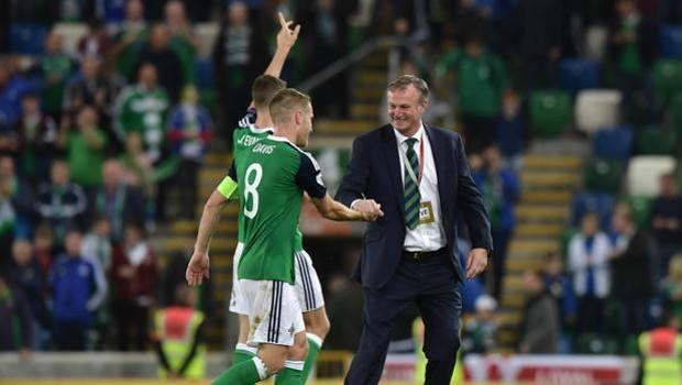 Michael O'Neill festeggia con Steve Davis la vittoria contro la Repubblica Ceca per 2-0 del 4 settembre scorso.