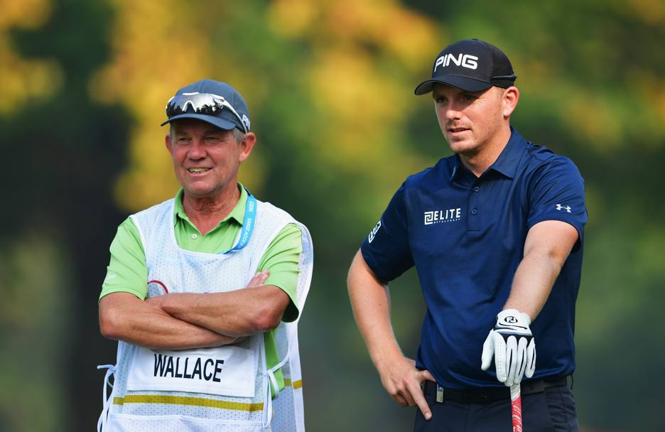 Wallace vicino al suo caddie (Getty Images)