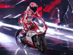 Casey Stoner porta sul palco la nuova Ducati Panigale V4 Speciale