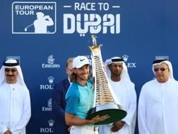 Tommy Fleetwood con il trofeo della Race to Dubai. Getty
