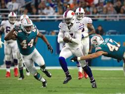 Tyrod Taylor in azione durante il match Bills-Dolphins. Afp