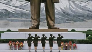 Un gruppo di soldatesse nordcoreane rendono omaggio alla statua del «Leader Eterno» Kim Il Sung. Afp