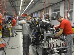 Operai Ducati al lavoro in fabbrica