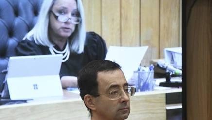 Larry Nassar, 54 anni, ascolta la sentenza della giudice. Ap