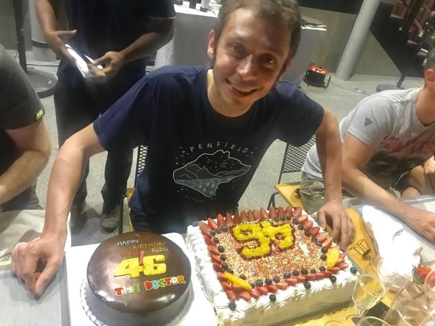 Vale, festa con il team per i suoi 39 anni