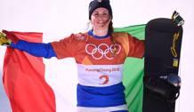 Michela Moioli con il tricolore dopo l'oro. Afp