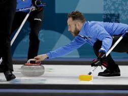 Joel Retornaz lancia la stone durante Svezia-Italia finita 7-3. Ap