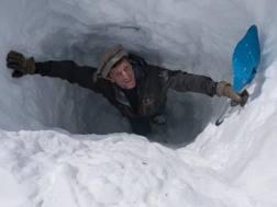 Rollando in una buca scavata per valutare la consistenza della neve, nella valle di Bamiyan in Afghanistan