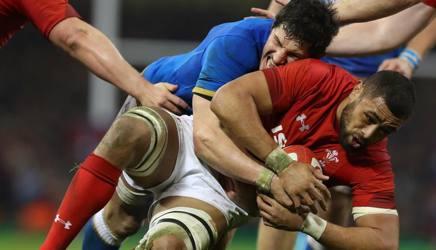 Alessandro Zanni in tackle su Taulupe Faletau. Getty Images