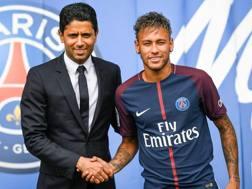 La stretta di mano tra il presidente del Psg Al Khelaifi e Neymar. Afp