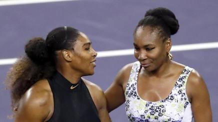 Serena (a sinistra) e Venus Williams dopo il match di Indian Wells EPA