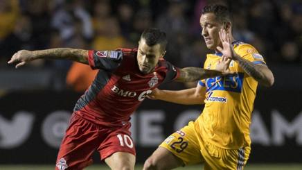 Jesus Duenas  (destra) e Sebastian Giovinco (sinistra) durante Tigres UANL- Toronto FC. Epa