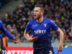 De Vrij esulta dopo il raddoppio della Lazio. Epa