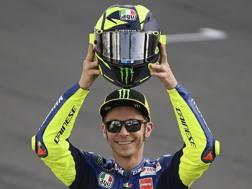Valentino Rossi mostra il nuovo casco per il 2018. Milagro
