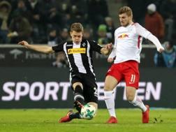 Matthias Ginter, in contrasto con Timo Werner, attaccante del Lipsia. Epa
