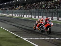 Andrea Dovizioso fulmina Marquez in volata a Losail
