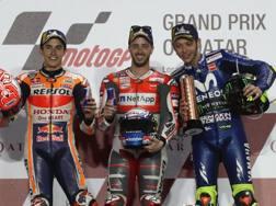 Andrea Dovizioso tra Marquez (a sin) e Rossi. Afp
