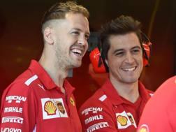 Sebastian Vettel (a sin) col nuovo taglio di capelli a Melbourne. Afp