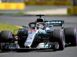 Lewis Hamilton in azione a Melbourne con la Mercedes. Epa