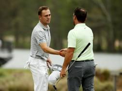 Justin Thomas saluta Francesco Molinari, di spalle AFP