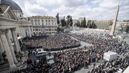 Migliaia di persone per Fabrizio Frizzi. Ansa