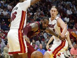 LeBron James fermato da James Johnson (16) e Kelly Olynyk.