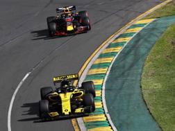 Daniel Ricciardo prepara il sorpasso su Hulkenberg nel primo GP stagionale, a Melbourne. Getty