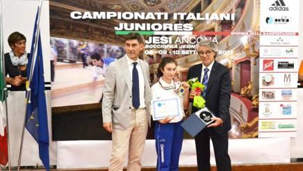 Elena Passerini con il presidente De Sanctis (a sinistra) sul podio più alto dei tricolori juniores di Raffa