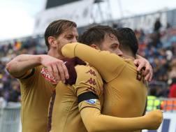 Ansaldi e Baselli festeggiano Ljajic, autore del secondo gol del Toro. Ansa