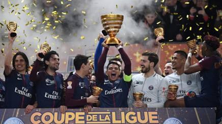 Thiago Silva, 33 anni, alza il trofeo della Coppa di Lega, il secondo stagionale. Afp