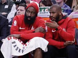 James Harden (sx) e Chris Paul, coppia d'oro degli Houston Rockets. Epa