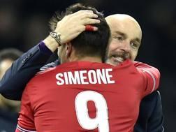 L'abbraccio tra Pioli e Simeone dopo la rete dello 0-2. Lapresse