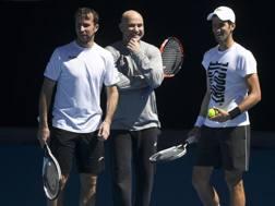 Radek Stepanek, a sinistra, con Agassi e Djokovic. Epa