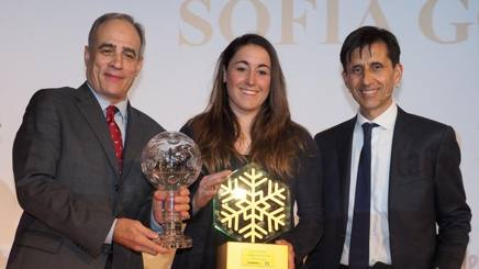 Sofia Goggia fra il direttore della Gazzetta (Andrea Monti) e il vice (Gianni Valenti, destra). BOZZANI