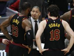 James e Osman con coach Lue. Epa