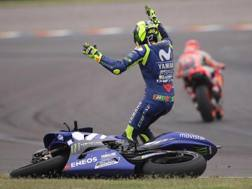 La rabbia di Rossi dopo l'incidente con Marquez. Epa