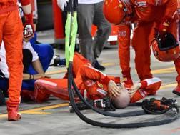 L'incidente al pit stop di Raikkonen. Afp