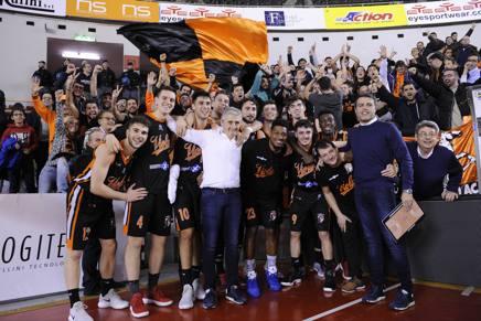 La squadra di Reggio Calabria con i tifosi e col coach Marco Calvani al centro. CIAMILLO-CASTORIA