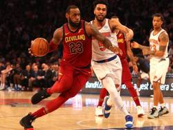 LeBron James in action contro New York: 26 punti per lui.