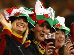 Tifose gallesi con un po' di birra al seguito nell'ultimo Sei Nazioni. Getty