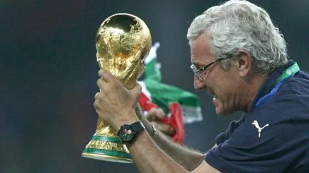 Marcello Lippi, oggi 70 anni, con la Coppa del Mondo vinta a Berlino nel 2006. Afp