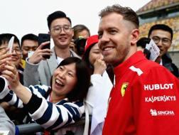 Sebastian Vettel scherza coi fan cinesi. Getty