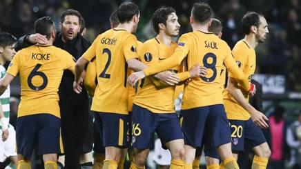 Il tecnico dell'Atletico  Simeone abbraccia i suoi ragazzi dopo la sfida contro lo Sporting Lisbona: colchoneros  in semifinale di Europa League.