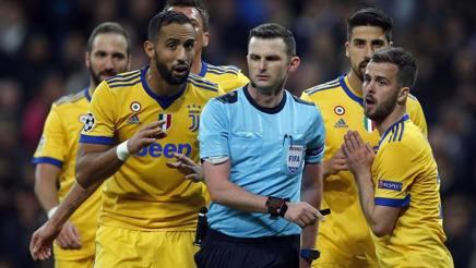 L'arbitro Oliver, 33 anni, circondato dai giocatori della Juve.