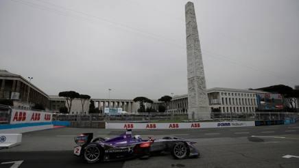 La DS-Virgin di Sam  Bird, vincitore dell'e-prix di Roma, qui nel passaggio davanti all'obelisco di piazza Marconi - AP