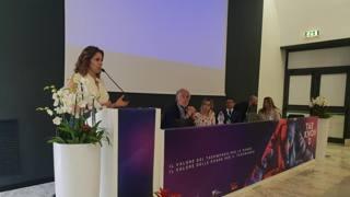 Claudia Gerini parla al convegno Taekwondonna sotto gli occhi di Giovanni Malagò, presidente del Coni, e di Angelo Cito, presidente Fita